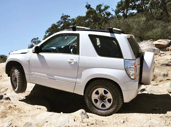 Lifted-White-Suzuki-Grand-Vitara-for-Off-Road